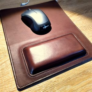 Mouse mat in dark brown with cushioned wrist pad